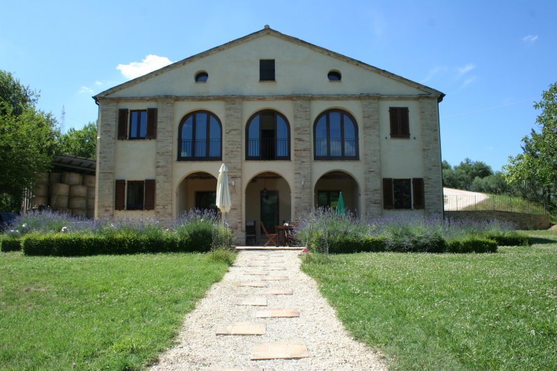 Tranquil villa in beautiful Italian countryside between mountains and sea, vakantiewoning in Urbisaglia