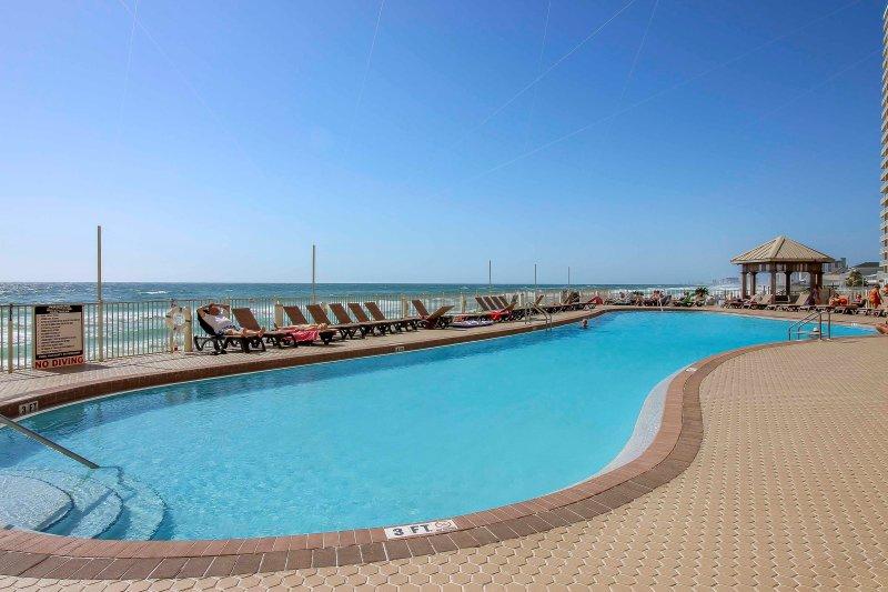 Fare un tuffo in piscina incontaminata durante il soggiorno in questo 2 camere da letto affitto condo Panama City Beach.