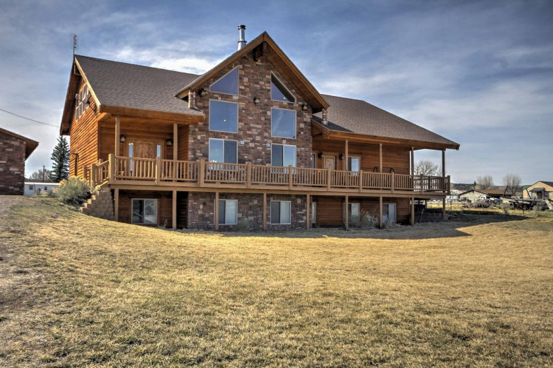 Rustic Bryce Canyon Home w/ Deck on Sevier River!, alquiler vacacional en Tropic