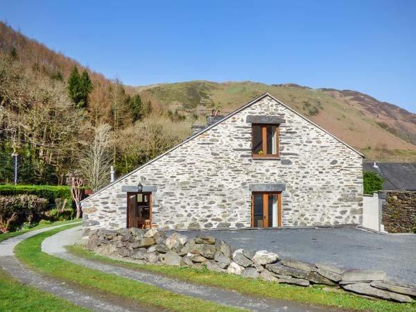 HENDRE BACH BARN, barn conversion, three bedrooms, WiFi, in Abergynolwyn, Ref, holiday rental in Corris