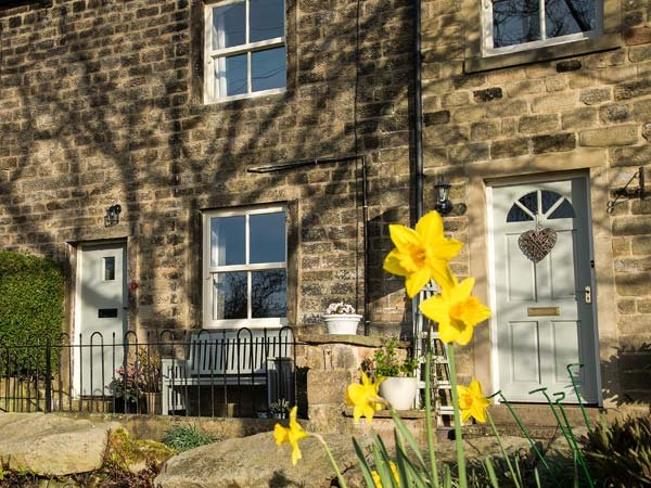 BEACON COTTAGE, very well-appointed cottage, open fire, walks from door, holiday rental in Addingham
