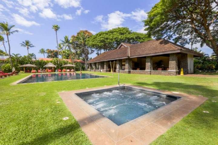 jardin tropical luxuriant de Aina Nalu Resort - Jacuzzi avec piscine et pavillon.