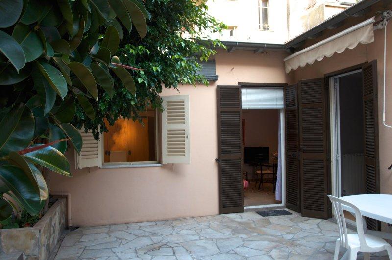 MAISON INDÉPENDANTE REZ-DE-JARDIN ET CENTRE VILLE, PROCHE PLAGE - PARKING, vacation rental in Monaco-Ville