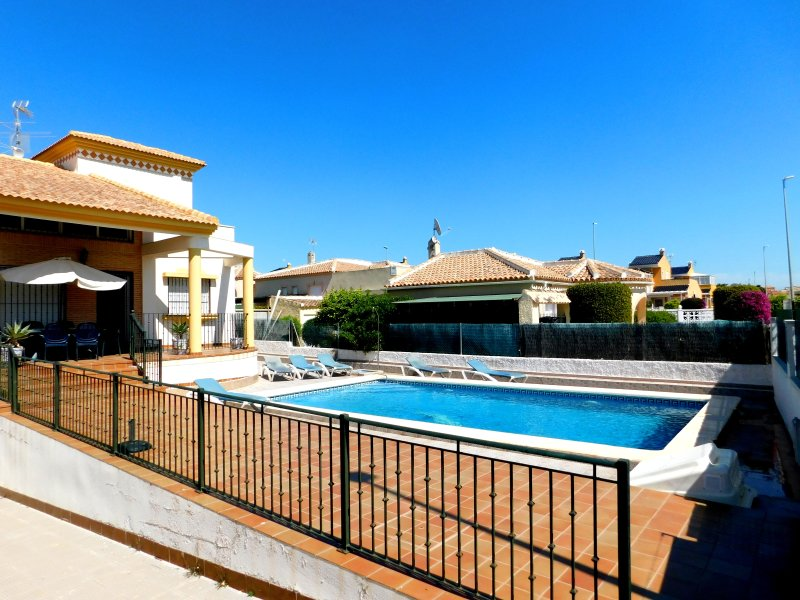 Wonderful 3 Bed Villa with Swimming Pool Sleeps 6, vacation rental in Elche