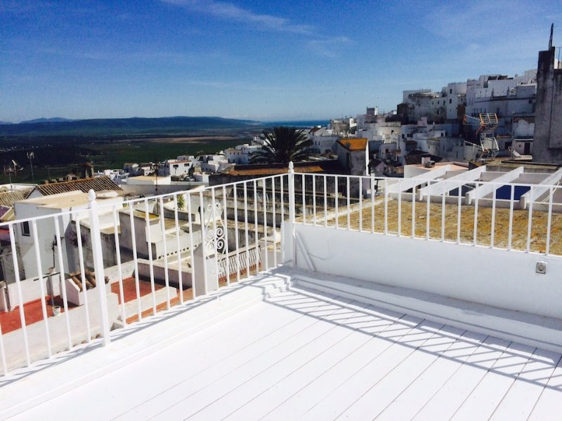 Flat in Vejer with Private Parking, WIFI, 2 terraces, village and seaview, holiday rental in Vejer de la Frontera