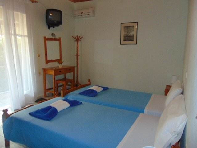 Secluded Cottage 2 minutes walk from  Beach for 4-6 Person, location de vacances à Agios Gordios