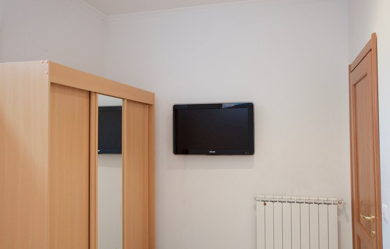 1 dormitorio con TV