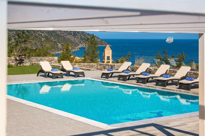 Villa Bellelen - Amazing 5 bedroom villa with a heated pool, location de vacances à Agios Nikolaos