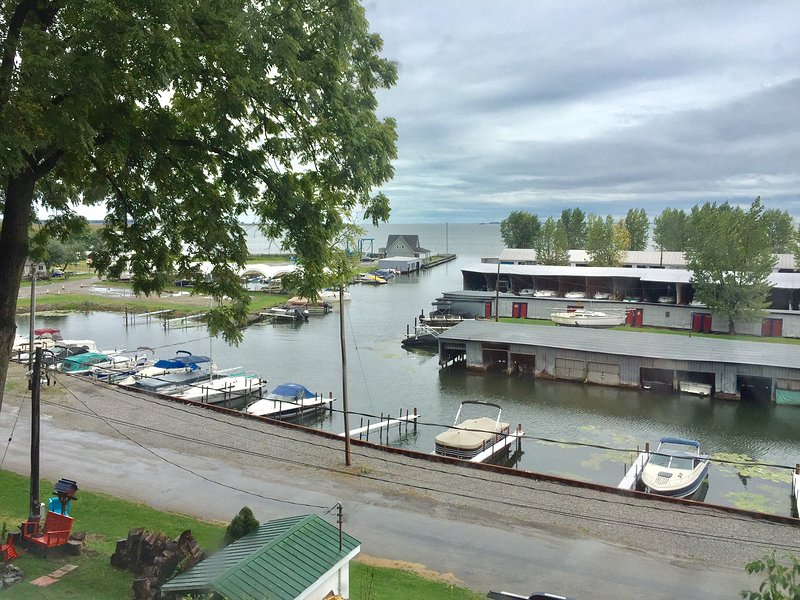 Waterfront vacation retreat, so cozy so beautiful, million dollar water view!, holiday rental in Port Dover