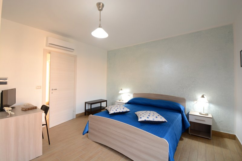 Blue double room with private bathroom and terrace overlooking the garden.