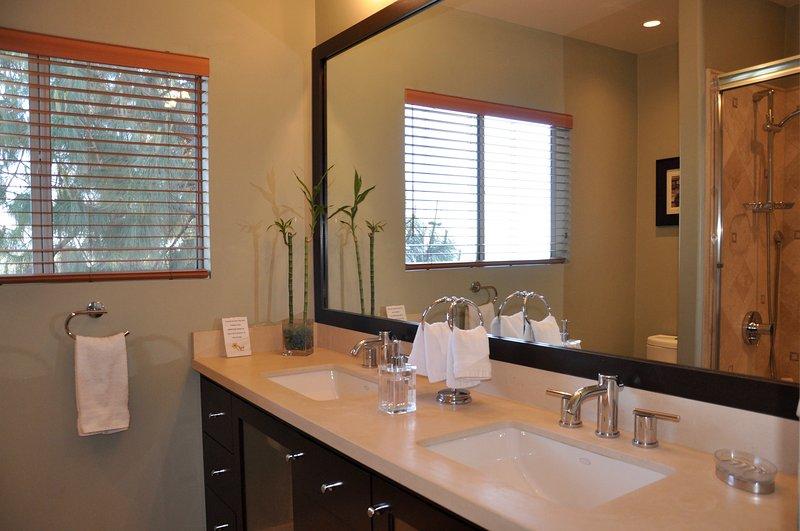 Salle de bains 2 avec double vasque et baignoire