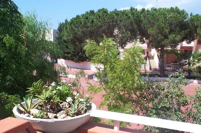 Graziosissimo bilocale situato in un villaggio a 300mt. dal mare, vacation rental in Ugento