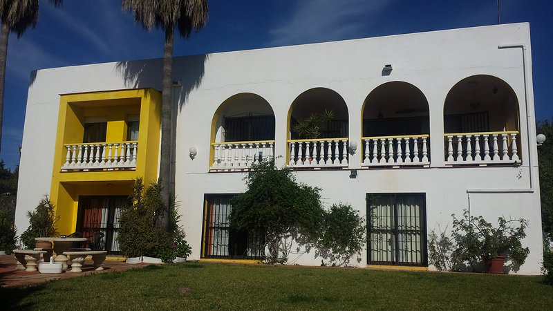 Huge 2 bedrooms apartment in a private villa with sea view and a large garden, vacation rental in Estepona