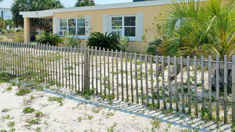 112 Maldonado Dr.  Perfect bungalow with old Pensacola Beach charm., alquiler de vacaciones en Pensacola Beach