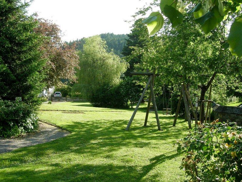 Un gran jardín con una zona de césped para las horas de silencio y sombra en verano.