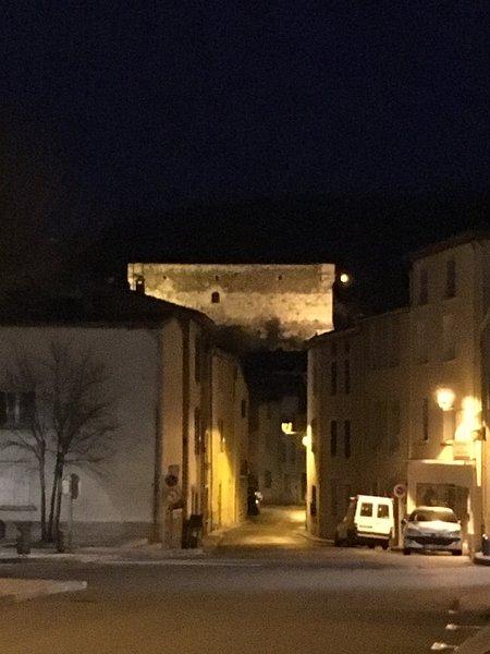 Blick hinunter auf die Straße in Richtung Schloss, Das Haus ist auf der linken Seite auf dieser Straße.