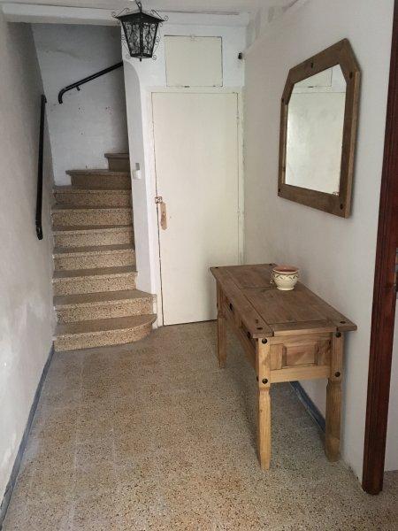 Eingangshalle; Treppe zum ersten Stock Schlafzimmer, Waschmaschine in unter Treppen Schrank.