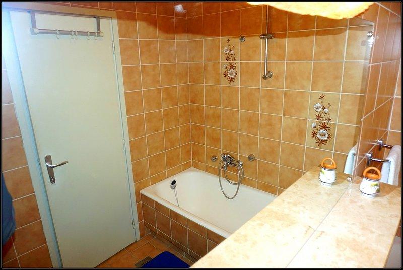 Cuarto de baño con bañera, bidet, inodoro