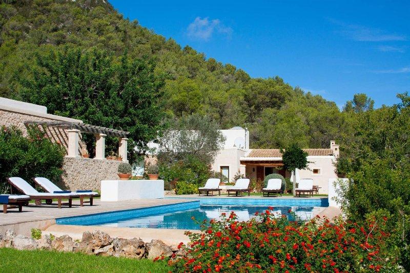 Lujosa casa rural restaurada. Ambiente relajado en plena naturaleza, vacation rental in Cala Carbo