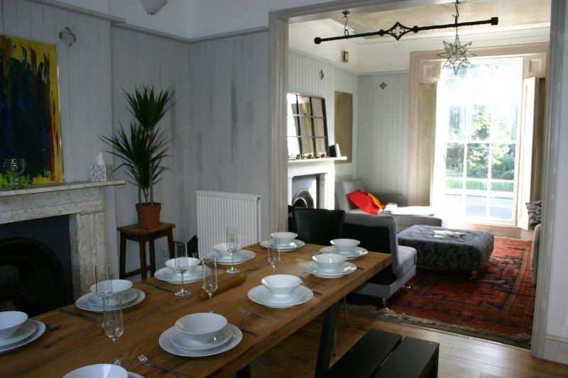 La table à manger peut accueillir jusqu'à 12 personnes