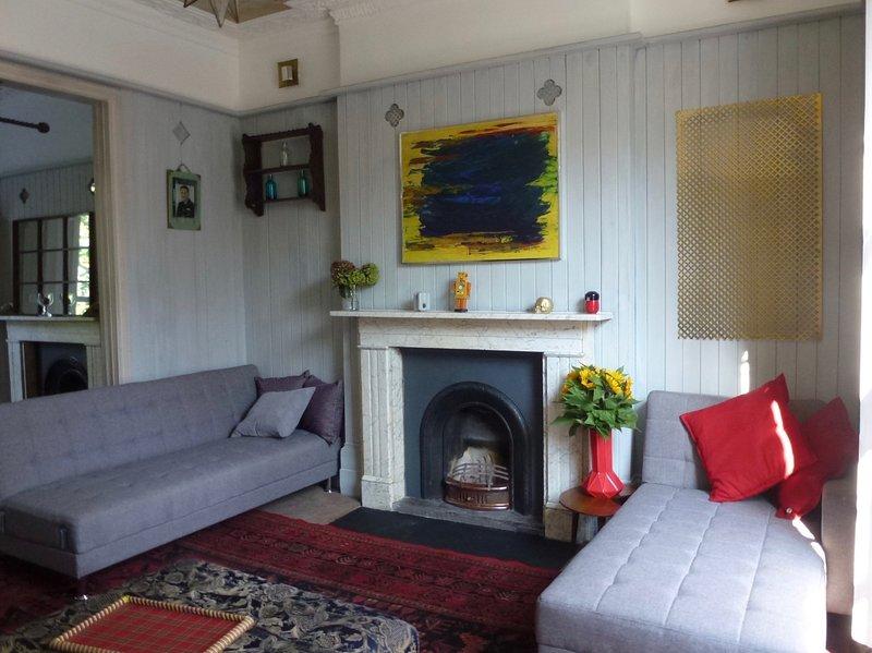 La propriété est pleine de caractéristiques originales telles que des panneaux et des cheminées