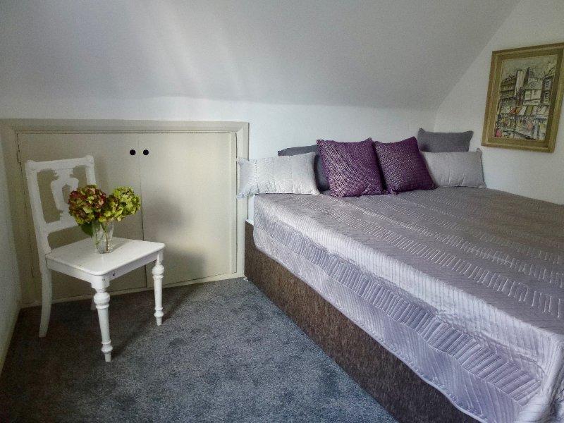 La chambre grise dort 2 lit zip et lien peut être un lit king size ou 2 lits simples