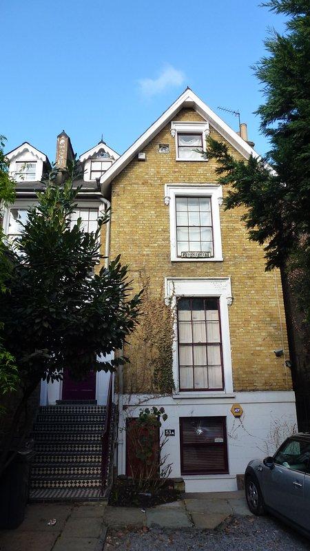 L'ensemble de l'entrée maison-appartement est les étapes réparties sur 3 étages.