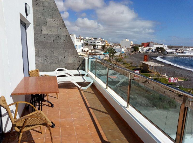 Apartamento primera linea de playa pto lajas con amplia for Para desarrollar su apartamento con terraza