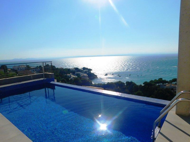 Moderna casa con vistas al mar y piscina privada en Almadrava, Roses, holiday rental in Roses