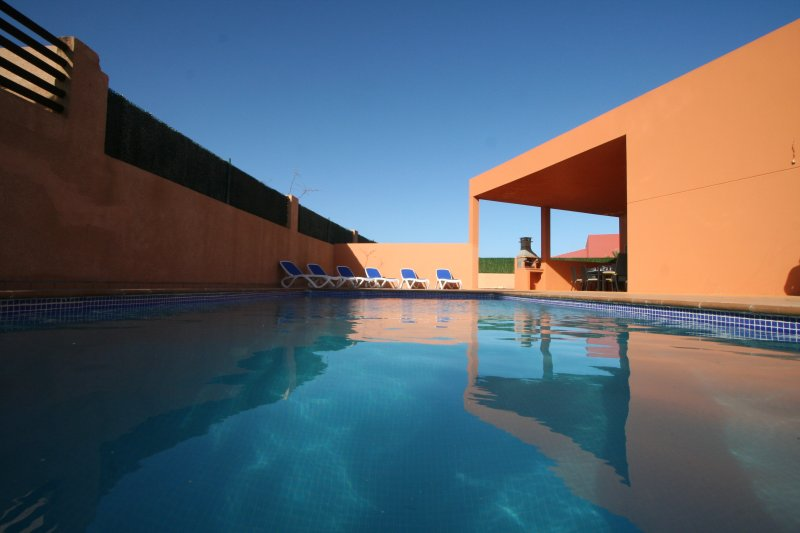 Large 4 bed villa with private pool, full air conditioning and hot tub, location de vacances à Pozo Negro