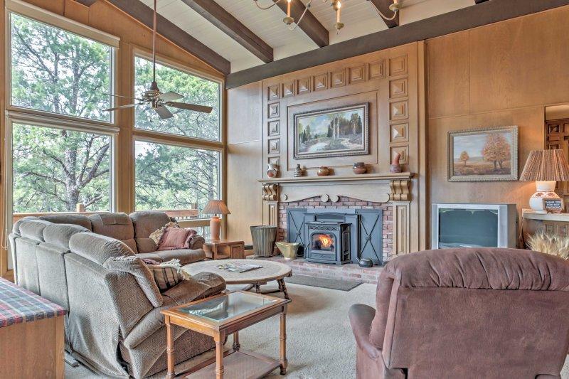 Spacious Ruidoso Home w/ Sierra Blanca Mtn Views!, alquiler de vacaciones en Alto