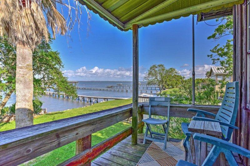 'Las Brisas' Palacios House w/Deck, Pier & Kayaks!, vacation rental in Palacios