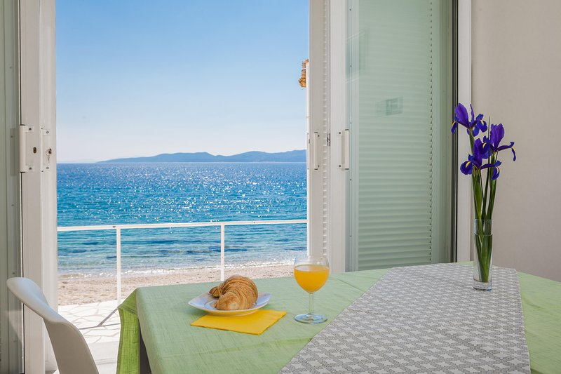 The best location - 3 steps from the beach - dream vacation, location de vacances à Mimice