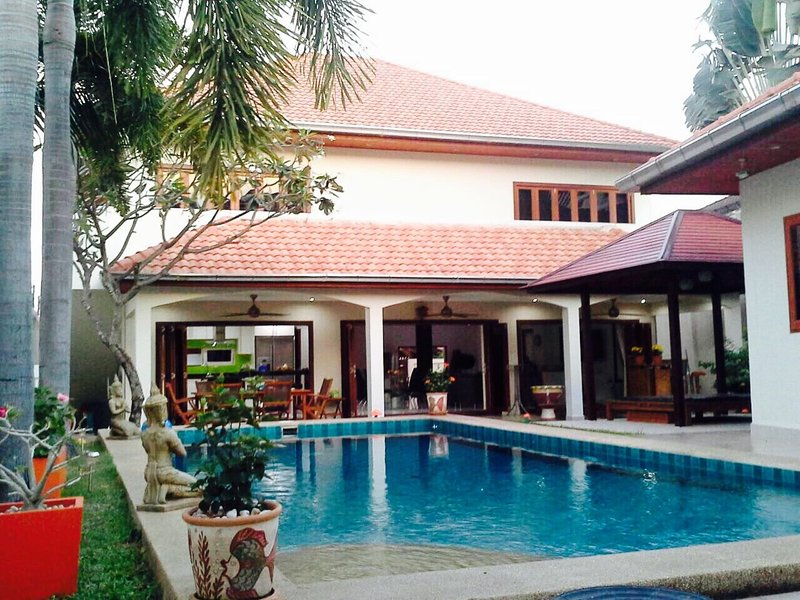 Luxury villa 4 bedrooms with private swimming pool , on Thappraya road, Pattaya, holiday rental in Pattaya