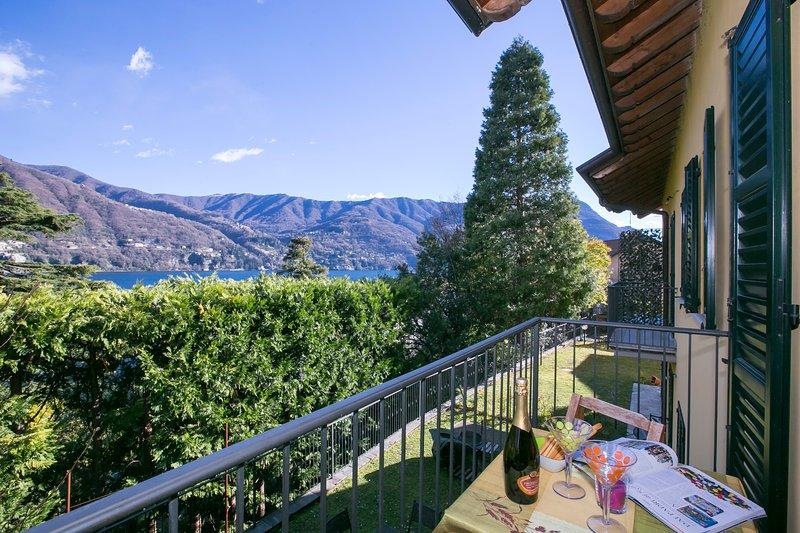 Mit Blick auf den See vom Balkon des Wohnbereich