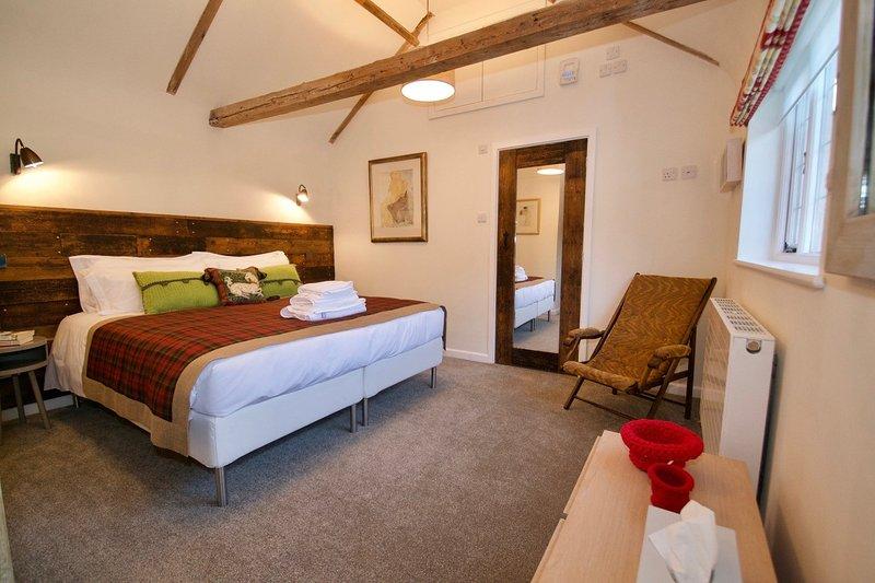 camera da letto matrimoniale - bagno accessibile attraverso la porta a specchio