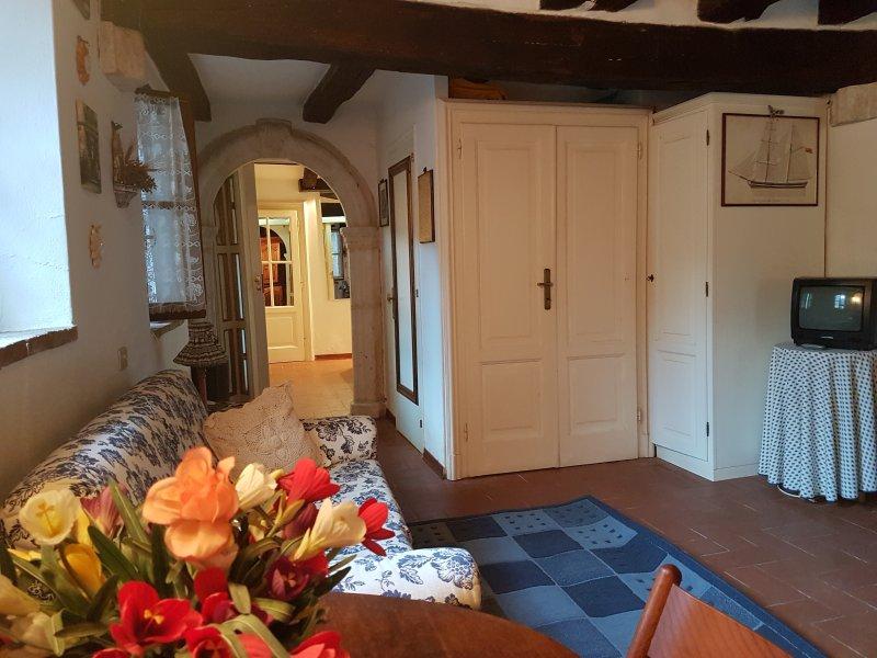 caratteristica casa nel borgo di Capalbio con posto auto privato, holiday rental in Capalbio