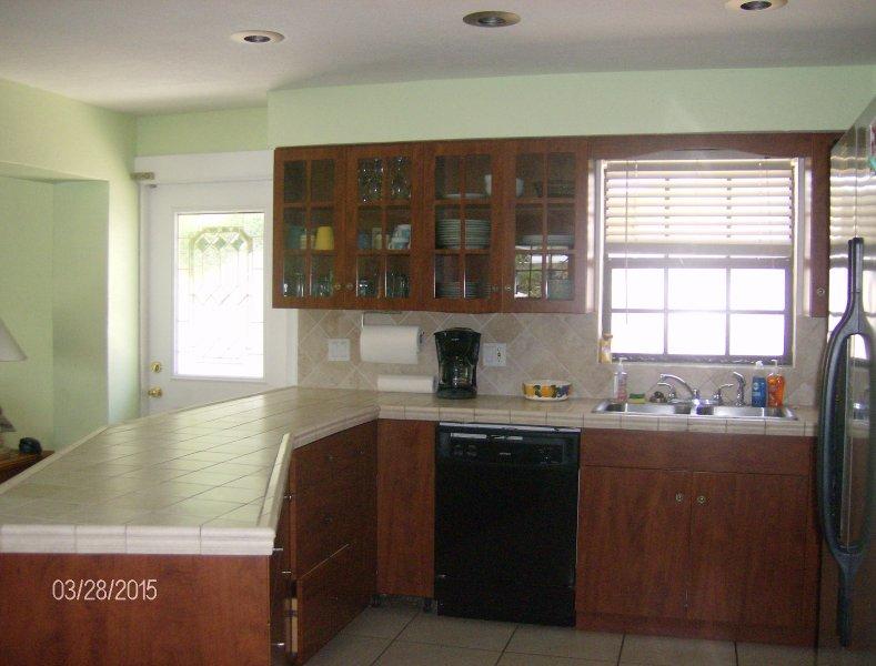 Cozinha aberta conceito, sala de jantar e sala de estar.