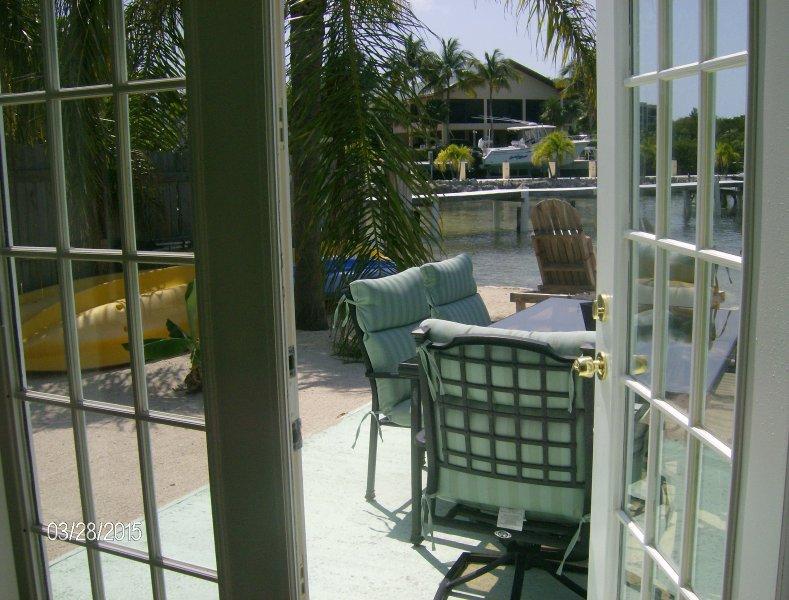quarto principal abre para a área de pátio e piscina.