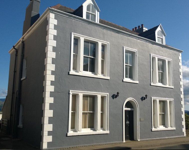 Cheminée Corner, Beaumaris. Une superbe maison côtière géorgienne avec des vues spectaculaires sur Snowdownia