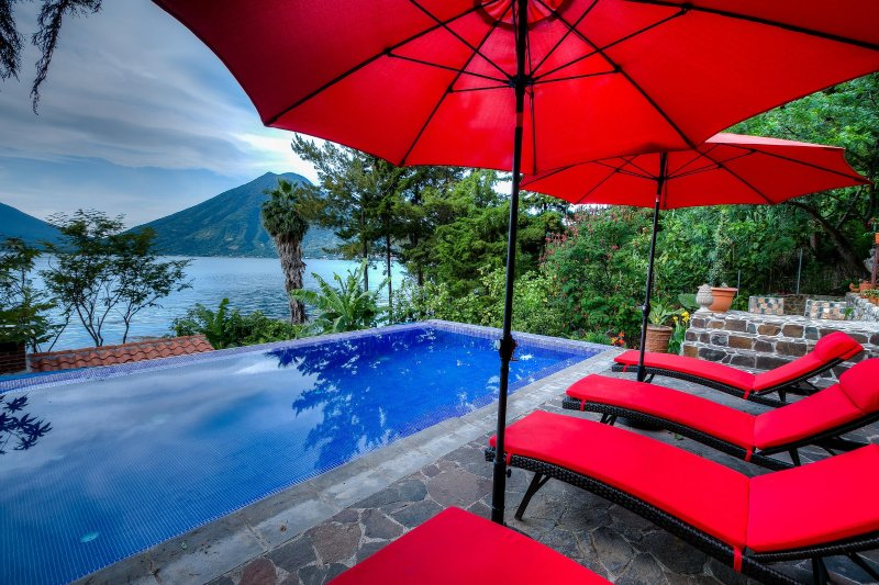 3 Bedroom Lakefront Villa with Pool and Hot Tub, vakantiewoning in Guatemala