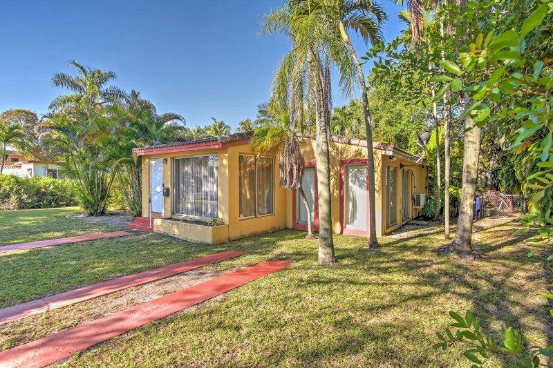 Beachy Palmen und lebendige Pflanzungen laden Sie bis zum schönen Haus!