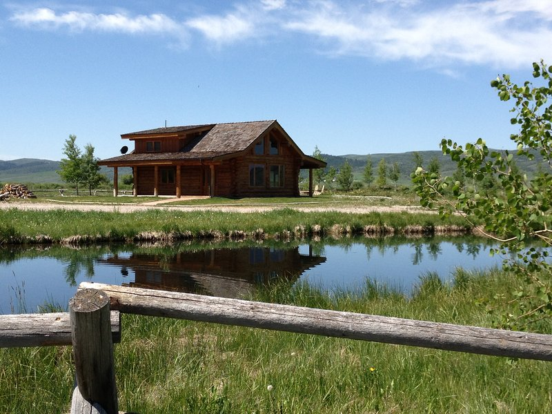 Luxurious Log Cabin on the pond with no Neighbors, casa vacanza a Afton