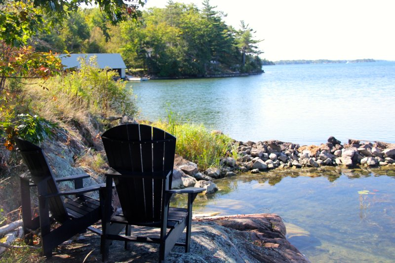 Cottages right on the river, centrally located in the 1000 Islands. Only minutes from grocery stores