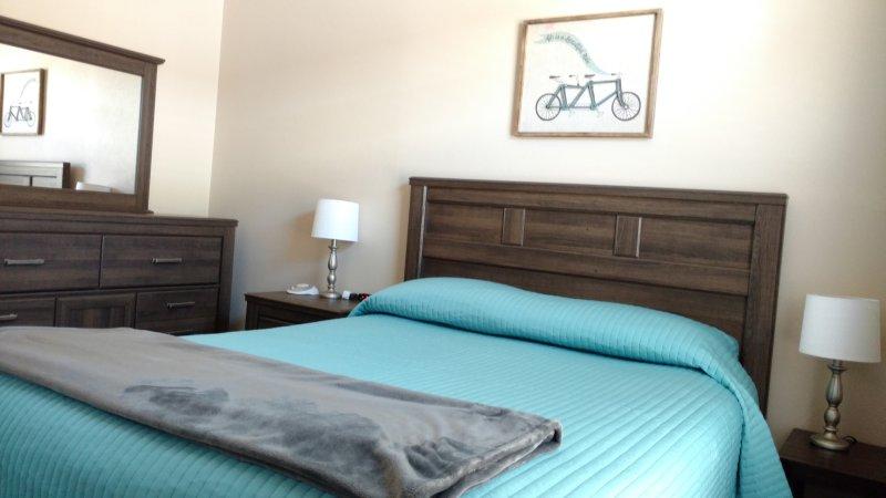 El segundo dormitorio con cama de matrimonio ofrece un ambiente tranquilo y silencioso.