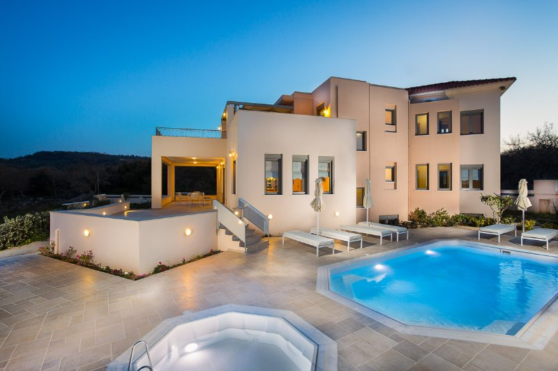 Villa Ianthos - Superior Quality and Full Privacy, Next to the City & the Beach!, alquiler vacacional en Rethymnon