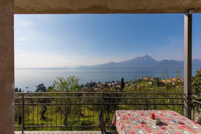 Cosy Torri Apartments - Incredibile Vista Lago, vacation rental in Torri del Benaco