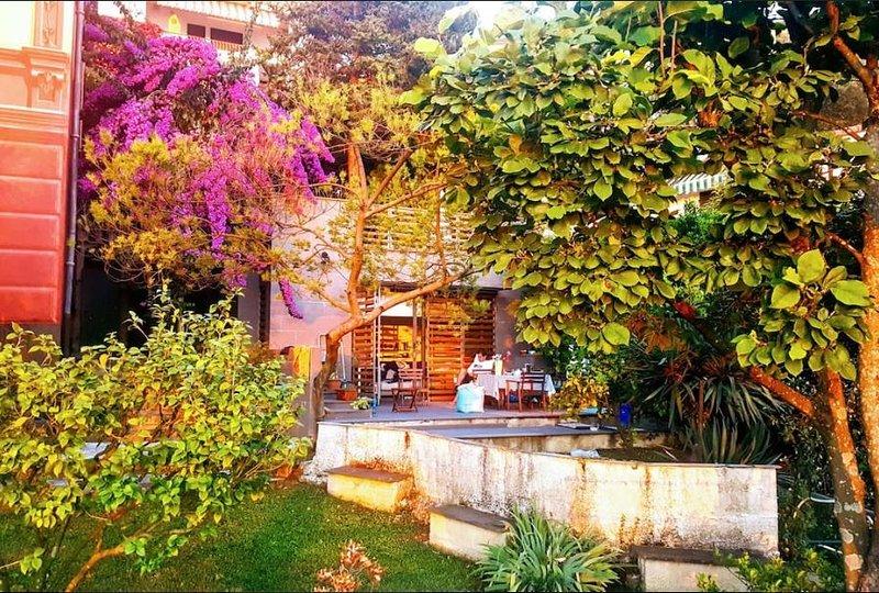 Loft in giardino con terrazza, splendida vista, vacation rental in Camogli