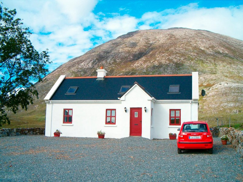 Self Catering Cottage, With Wi-Fi in the Picturesque Inagh Valley, Connemara, casa vacanza a Maam Cross