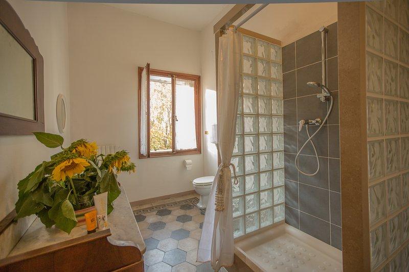 The 3 single rooms common bathroom
